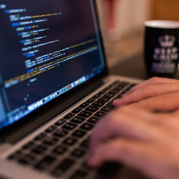 Oprogramowanie na zamówienie czy pisanie wewnętrz firmy, wady, zalety